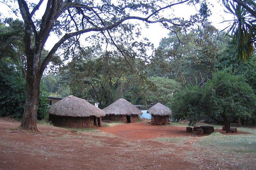 Dorf im Open Air Museum Nairobi (Bild: Krg, Wikimedia, CC)