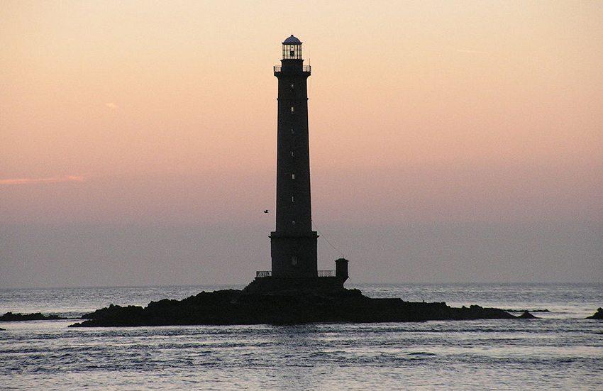 """""""Nez de Jobourg"""" – der Leuchtturm von La Hague (Bild: Truzguiladh, Wikimedia, CC)"""
