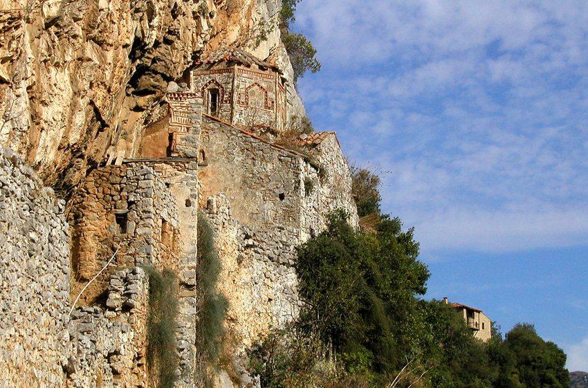 Altes Philosophen-Kloster in der Lousiosschlucht, im Hintergrund – das neue Kloster. (Bild: Roman Klementschitz, Wikimedia, CC)
