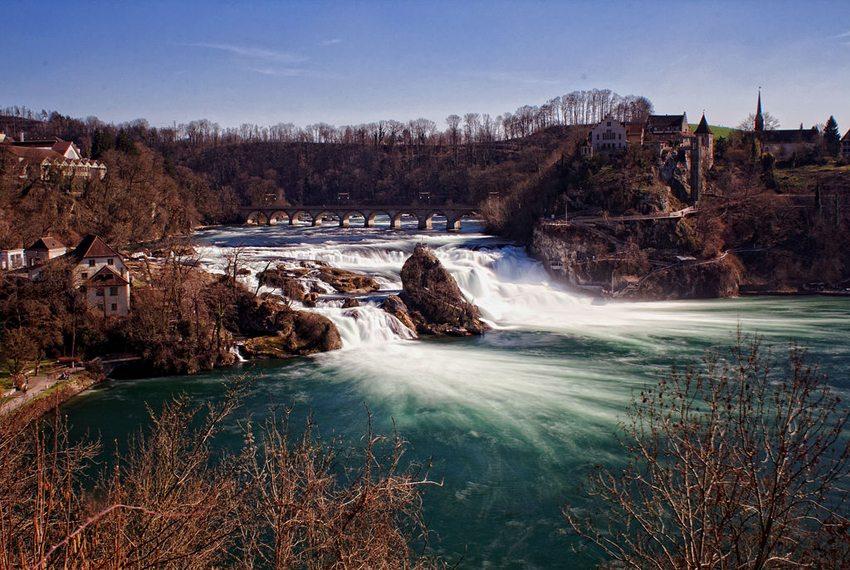 Rheinfall mit Schloss Laufen (Bild: Mh-rockt, Wikimedia, GNU)