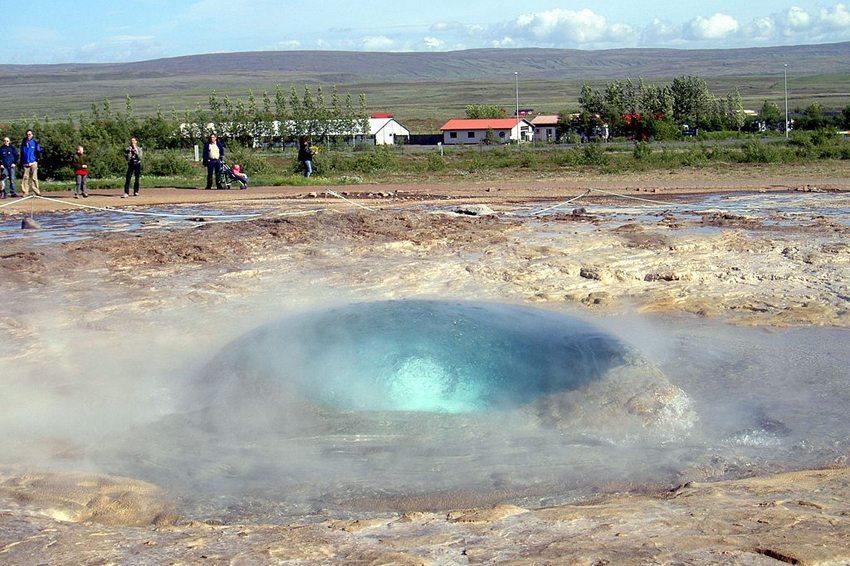 Der Strokkur unmittelbar vor dem Ausbruch (Bild: Chris 73, WIkimedia, CC)