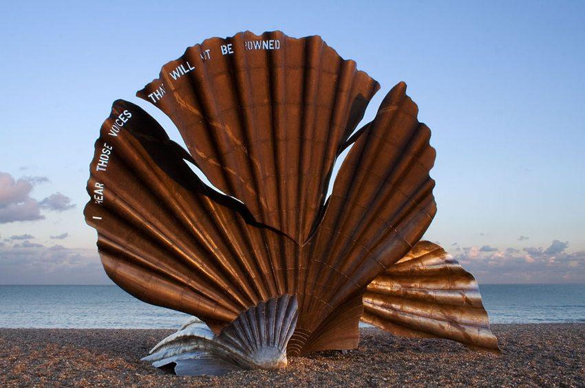 The Scallop-Skulptur auf dem Strand von Aldeburgh (Bild: Andrew Dunn,  Wikimedia, CC)
