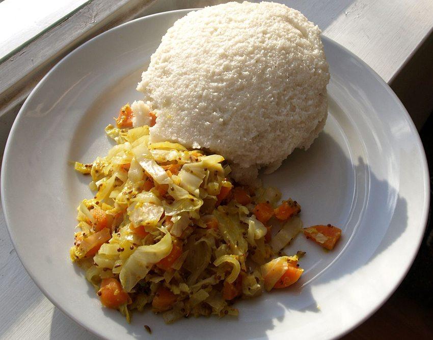 Ugali mit Gemüse (Bild: Mark Skipper, Wikimedia, CC)
