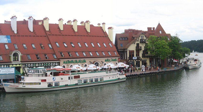 Hafenpromenade von Nikolaiken am Nikolaiken-See (Bild: Wn61,  Wikimedia, GNU)