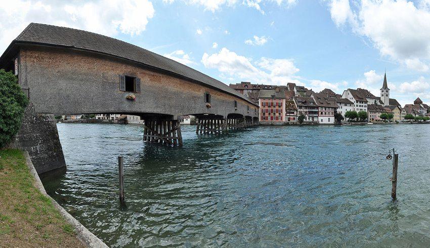 Rheinbrücke Diessenhofen–Gailingen mit Blick auf das Städtchen Diessenhofen (Bild: Martingarten, Wikimedia, CC)