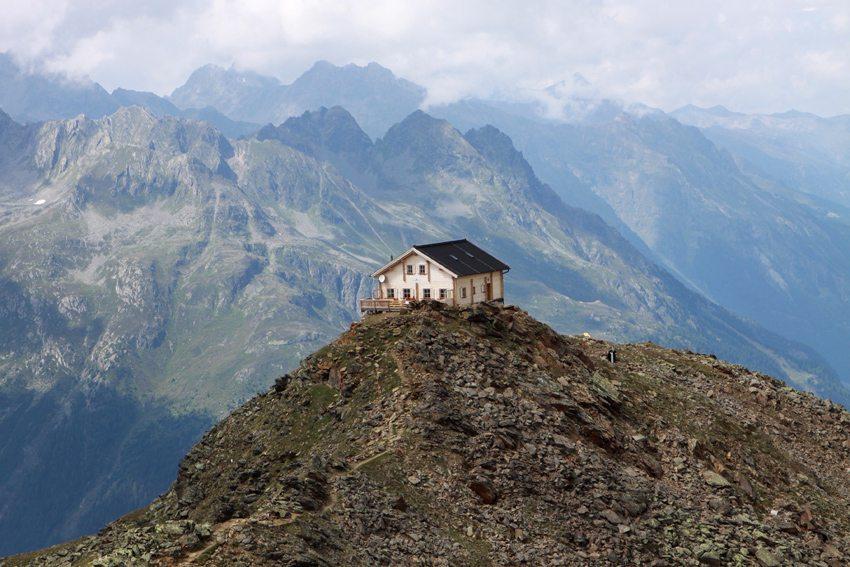 Hütte auf dem Brunnenkogel oberhalb von Zwieselstein im Ötztal (Bild: Eugen Haug  / pixelio.de)