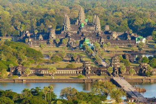 Sobald man das Areal rund um Angkor Wat betritt, wird einem die besondere Atmosphäre dieser Anlage bewusst. (Bild: © Alexey Stiop - shutterstock.com)