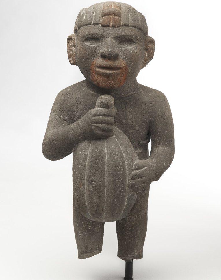 Figur eines Azteken mit der Kakaobohne in den Händen (Bild: Brooklyn Museum, Wikimedia)