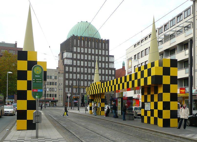"""Busstop Steintor vor dem """"Anzeiger""""-Hochhaus in Hannover (Bild: Axel Hindemith, Wikimedia)"""