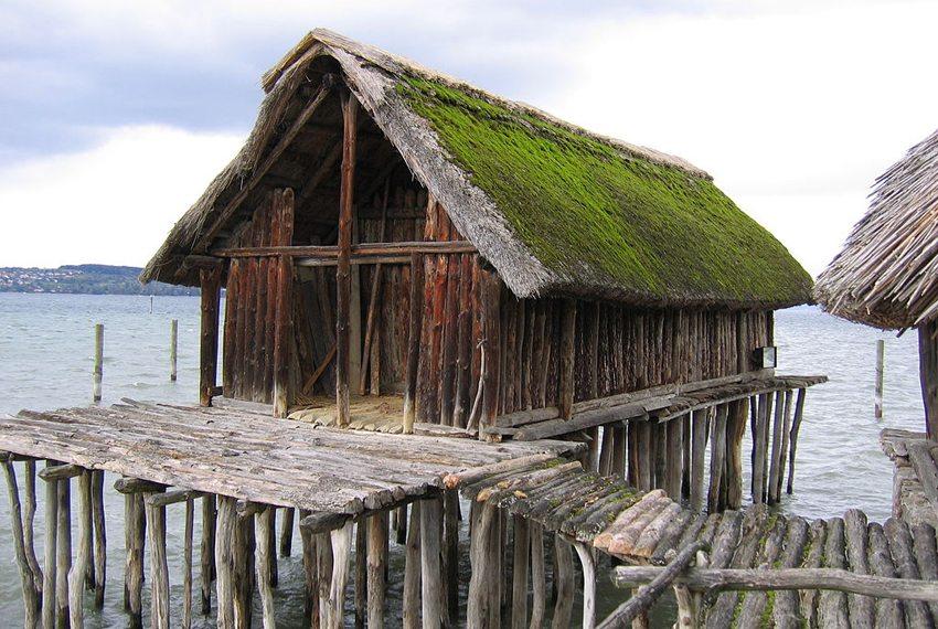 """Steinzeithaus """"Schussenried"""" im Pfahlbaumuseum (Bild: ANKAWÜ, Wikimedia, CC)"""