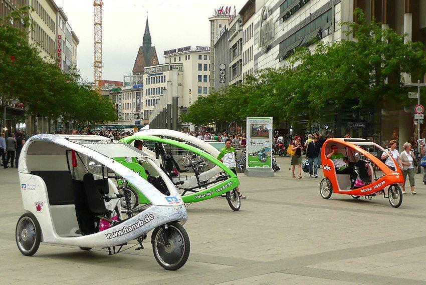 Fahrradtaxis am Hauptbahnhof von Hannover (Bild: AxelHH, Wikimedia, CC)