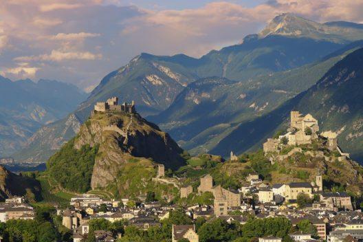 Schloss Valere und Schloss Tourbillon in der Ortschaft Sion (Bild: © Haidamac - shutterstock.com)