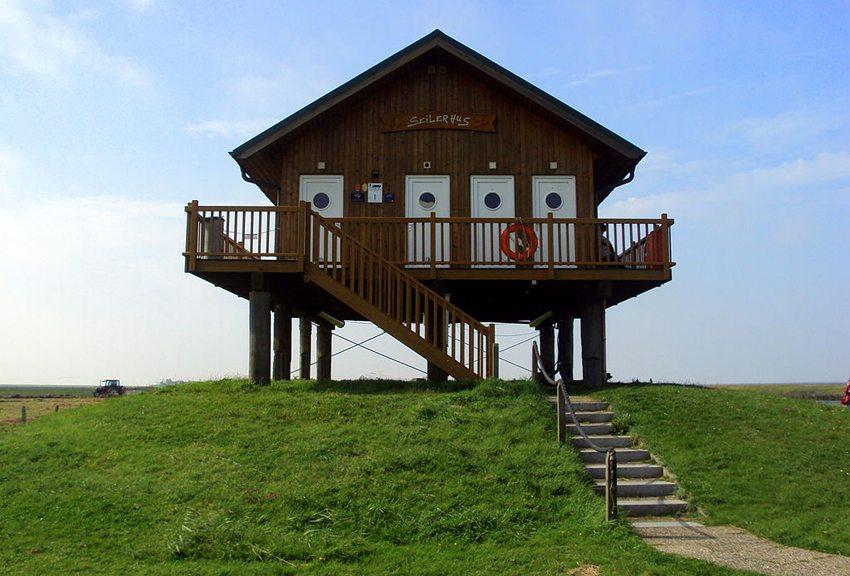 Clubhaus am Hafen auf Hallig Hooge (Bild: BioMaus, Wikimedia, CC)