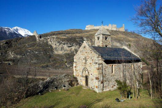 Kleine Kapelle vor dem Schloss Tourbillon (Bild: © dmitry_islentev - shutterstock.com)