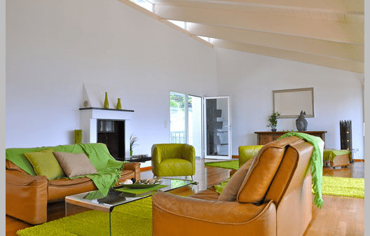 Ein geräumiger Wohnbereich macht Ferien in der Villa Amici angenehm. (Bild: tessin-ferienwohnungen.com)