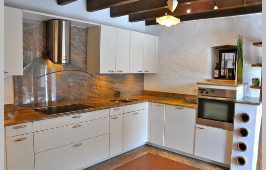 Eine moderne Küche sorgt in der Villa Amici für Wohnkomfort. (Bild: tessin-ferienwohnungen.com)