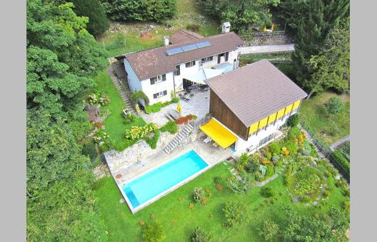 Die grosszügige Villa Tessin liegt in ruhiger und privater Lage in Contra. (Bild: tessin-ferienwohnungen.com)