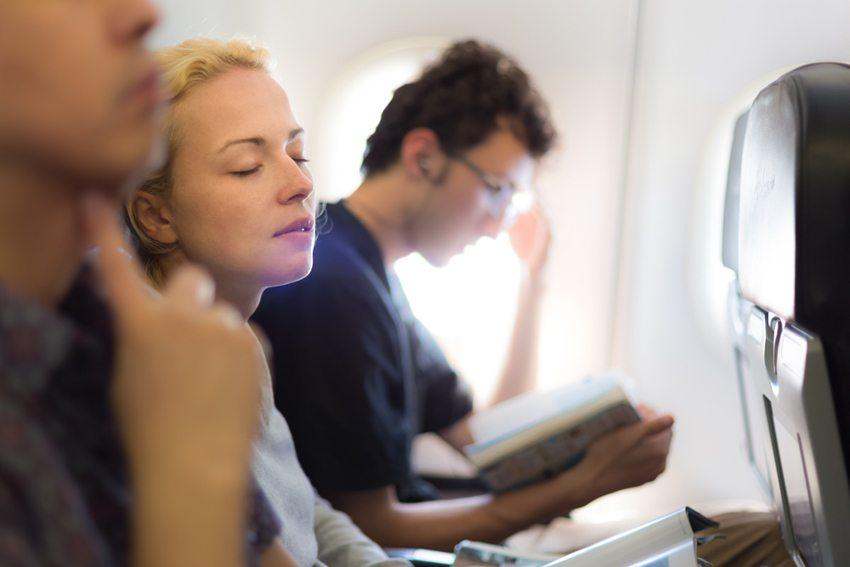 Wählen Sie für Ihren Langstreckenflug bequeme Kleidung. (Bild: Matej Kastelic / Shutterstock.com)