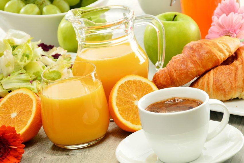 Suchen Sie sich solche Lebensmittel vom Frühstücksbuffet aus, die lange satt machen. (Bild: monticello / Shutterstock.com)