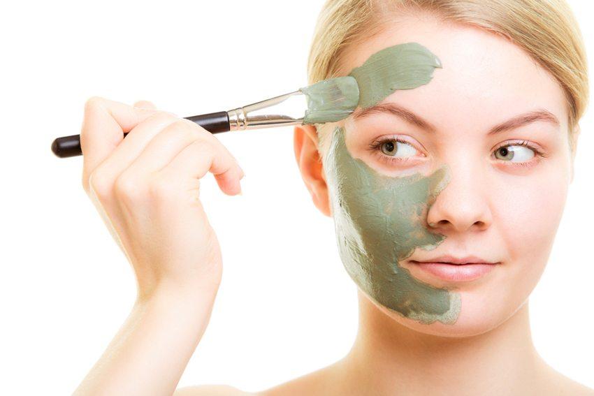 Eine Gesichtsmaske mit Algenextrakten wirkt wie ein Anti-Aging-Cocktail.  (Bild: Voyagerix / Shutterstock.com)