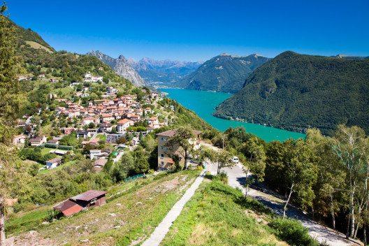 Das Dorf Brè vom Monte Brè aus (Bild: © gevision - shutterstock.com)