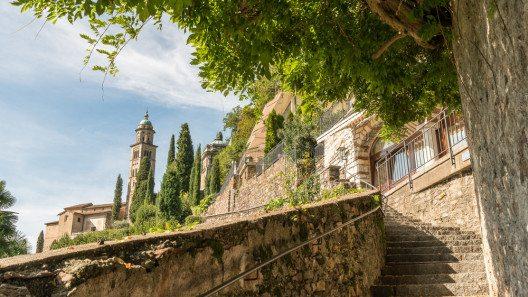 Auf den Stufen der Kirche Santa Maria del Sasso (Bild: © gnoparus - shutterstock.com)