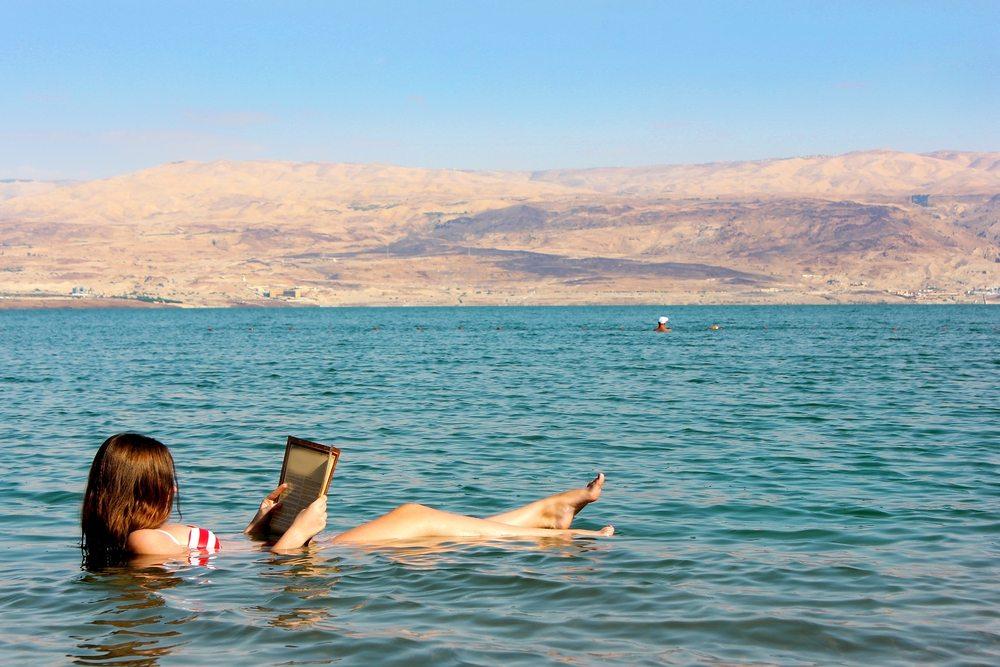 Abkühlung im Toten Meer (Bild: © irisphoto1 - shutterstock.com)