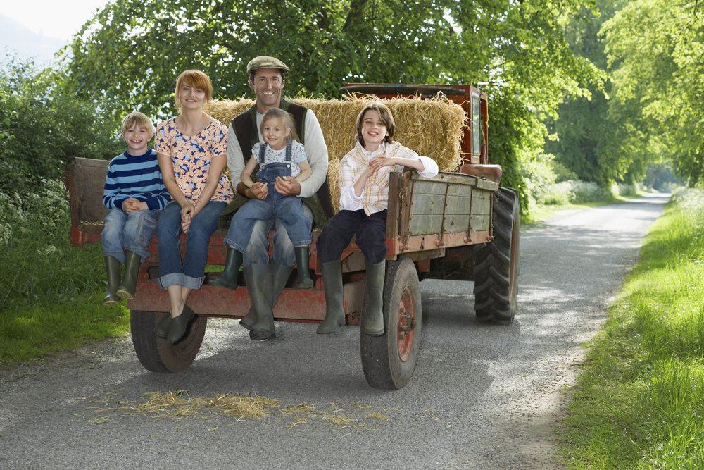 Der Landwirt lädt auf eine Traktortour ein! (Bild: © bikeriderlondon - shutterstock.com)