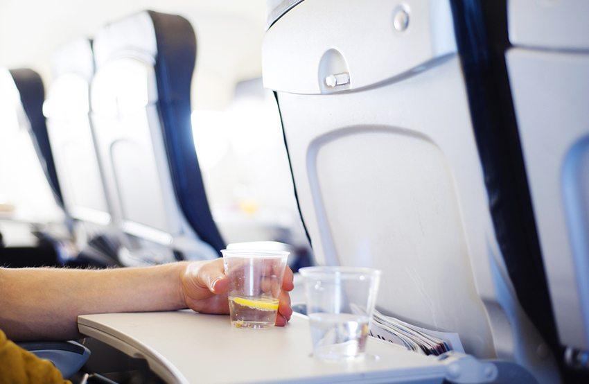 Genügend trinken ist während der Langstreckenflüge sehr wichtig. (Bild: Halfpoint / Shutterstock.com)