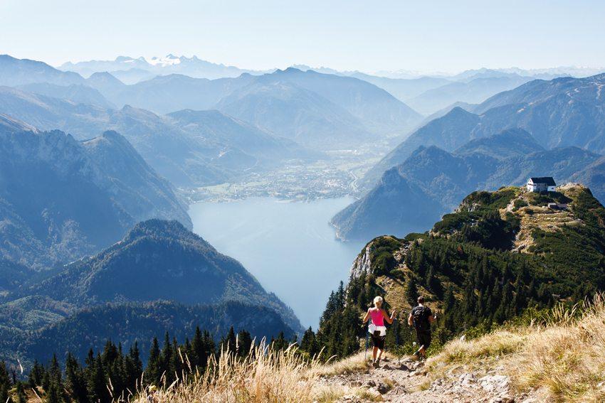 Nordic Walking am Traunsee, Österreich (Bild: xtrekx / Shutterstock.com)