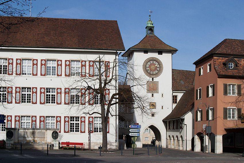Stadthaus mit Obertor in Laufen (Bild: Roland Zumbuehl, Wikimedia, GNU)