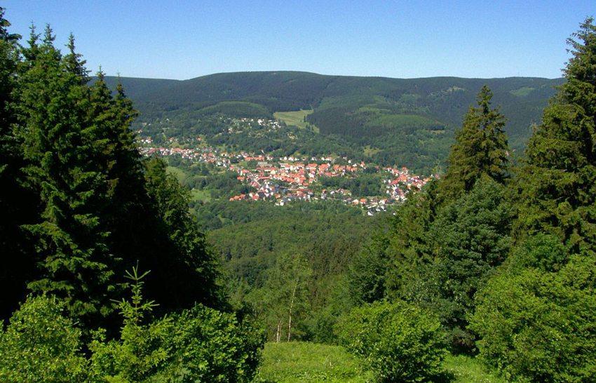 Blick über Suhl-Goldlauter hinweg zum Grossen Beerberg (Bild: Elop, Wikimedia, CC)
