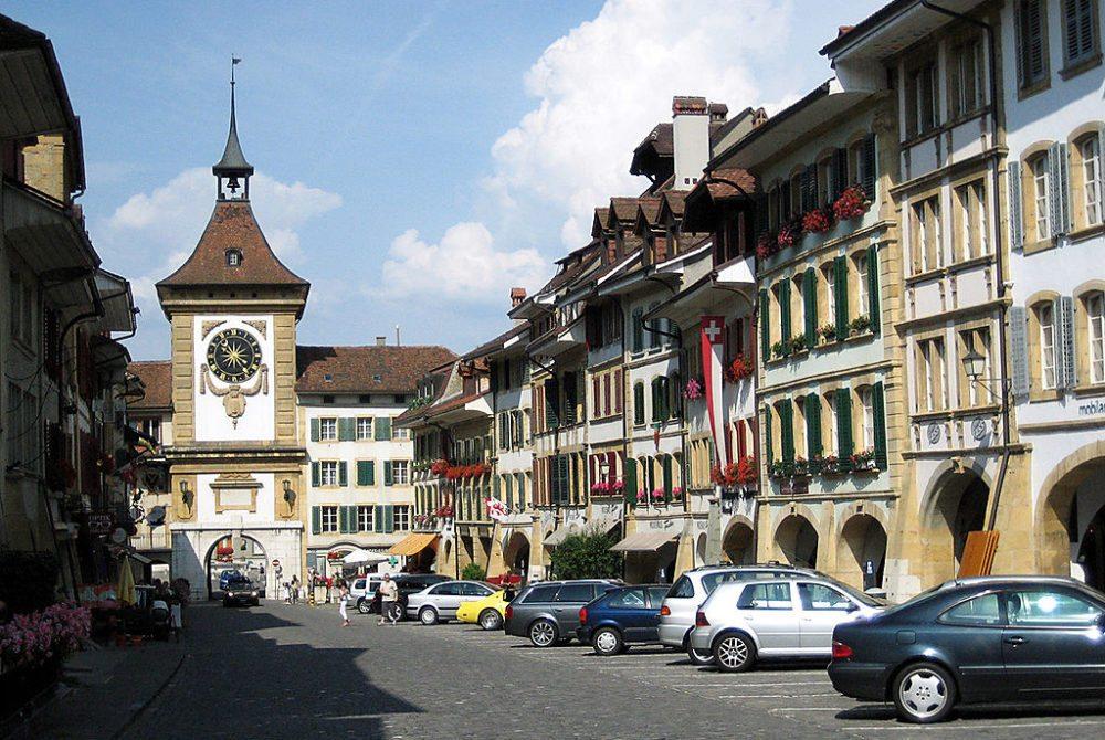 Hauptgasse und Berntor in Murten (Bild: Mike Lehmann, Wikimedia, GNU)