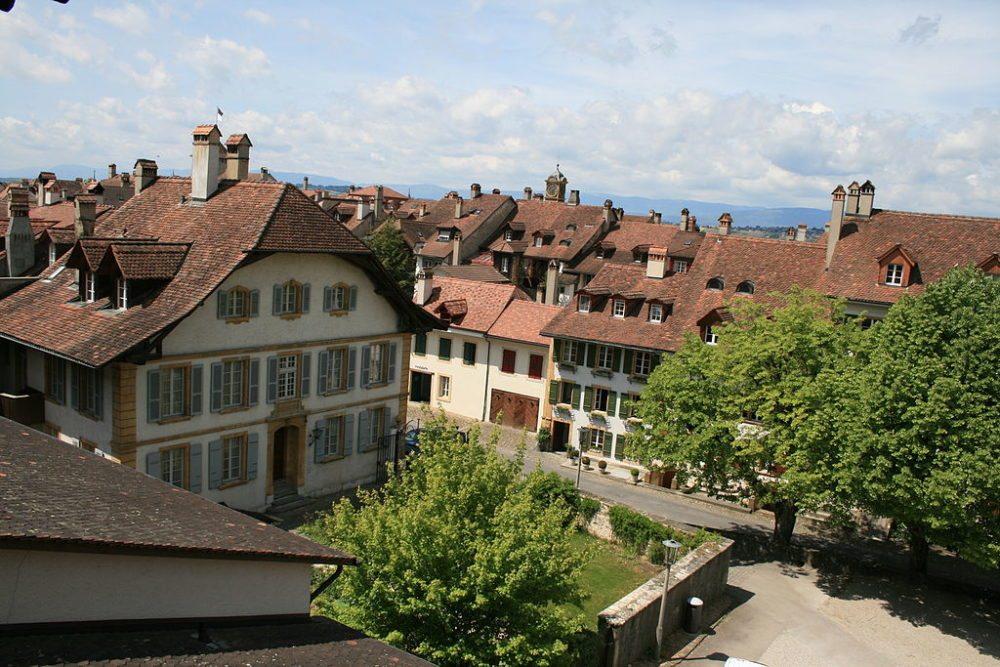 Blick von der Ringmauer auf das deutsche Pfarrhaus von Murten (Bild: Lutz Fischer-Lamprecht, Wikimedia, CC)