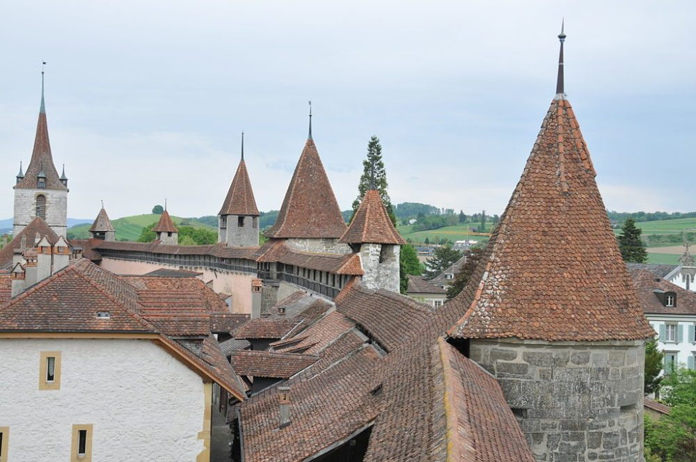 Die Murtener Ringmauer ist die einzige begehbare Stadtmauer in der Schweiz. (Bild: Hofec, WIkimedia)