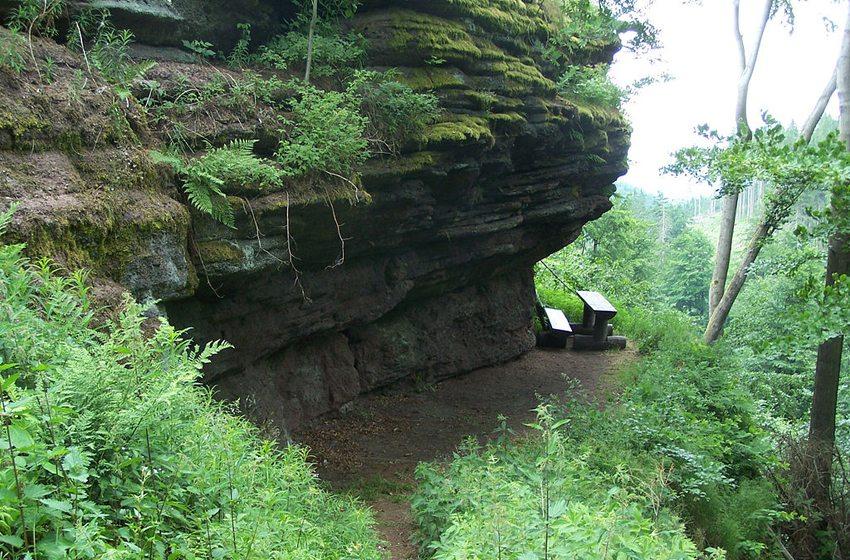 """Die am Rennsteig befindliche """"Rennsteig-Grotte"""" (Bild: Metilsteiner, Wikimedia, GNU)"""