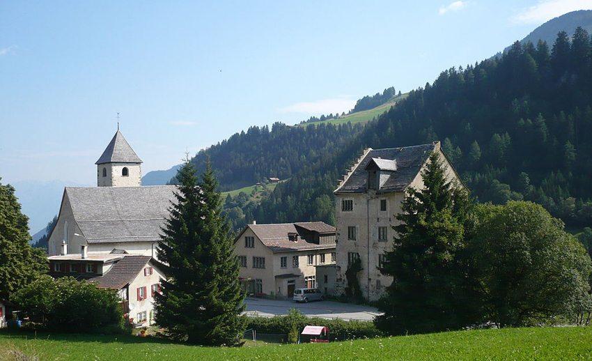 Kirche St. Maria und Michael in Churwalden mit dem ehemaligen Abtgebäude (Bild: Adrian Michael, Wikimedia, GNU)