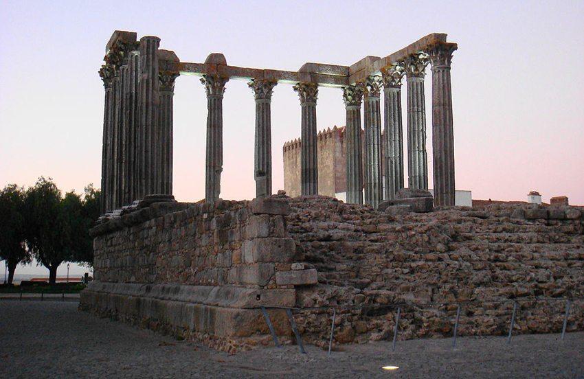 Römischer Tempel in Évora (Bild: Gustavo Motta, Wikimedia, CC)