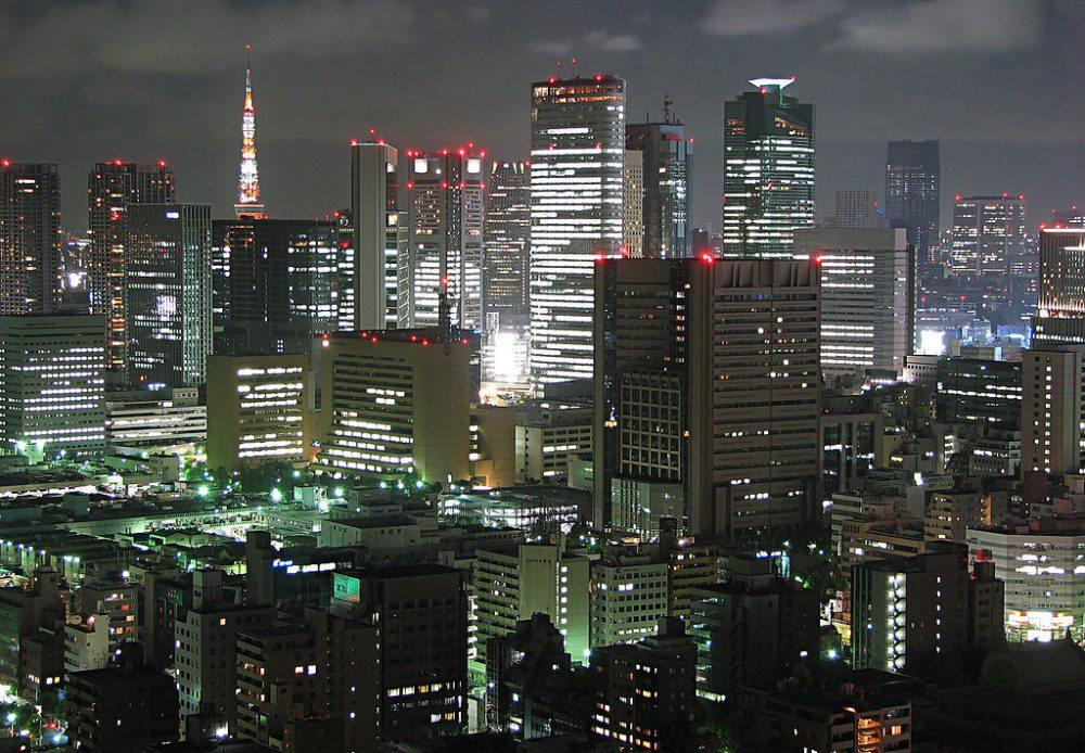 Tokio bei Nacht (Bild: http://www.flickr.com/people/imuttoo/, Wikimedia, CC)