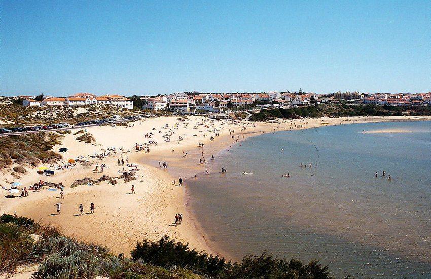 Strand in Vila Nova de Milfontes (Bild: Vitor Oliveira, Wikimedia, GNU)