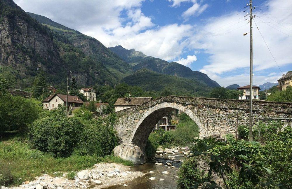 Giornico-Steinbrücke (Bild: Adrian Michael, Wikimedia, GNU)
