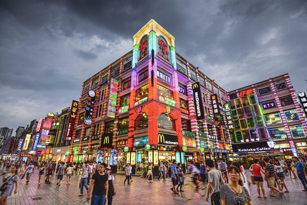 Fussgängerzone in Guangzhou  (Bild: Sean Pavone / Shutterstock.com)