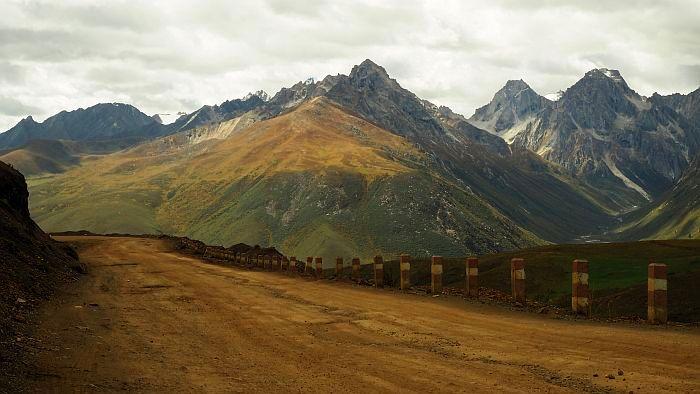 Wunderschöne Berge und Wälder, aber auch karge Berghänge, Felder und Wiesen umgaben mich. (Bild: © Heike Pirngruber)