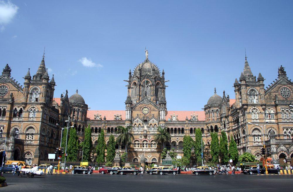 Bahnhof von Mumbai (Bild: Sapsiwai / Shutterstock.com)