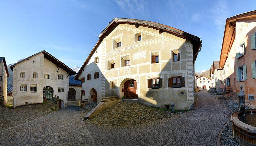 Platz mit Schellen-Ursli-Haus in Guarda (Bild: Böhringer Friedrich, Wikimedia, CC)