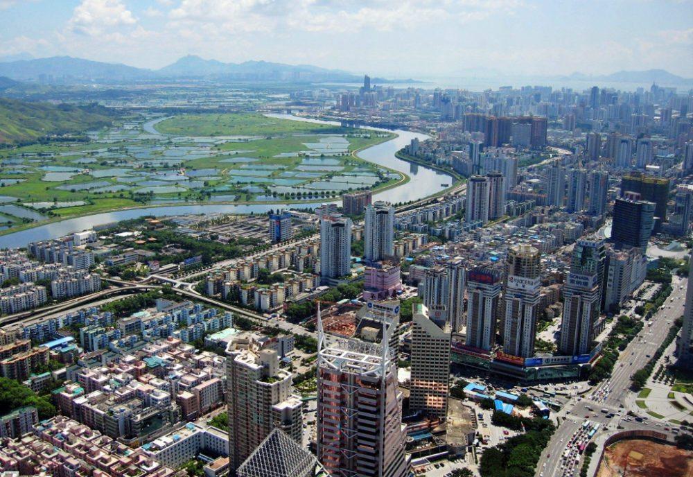 Wolkenkratzer und Reisfelder von Shenzhen, China (Bild: SSDPenguin, Wikimedia, CC)
