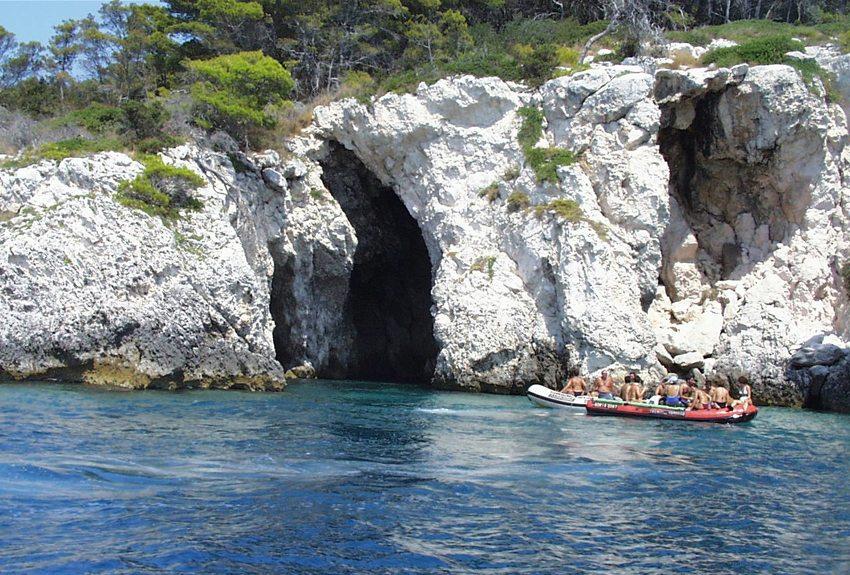 Eine der vielen Grotten auf den Tremiti-Inseln (Bild: Ra Boe 001, Wikimedia, CC)