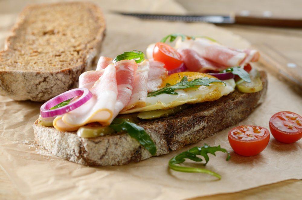 Belegte Brote machen satt und sind gesund. (Bild: Olena Mykhaylova / Shutterstock.com)