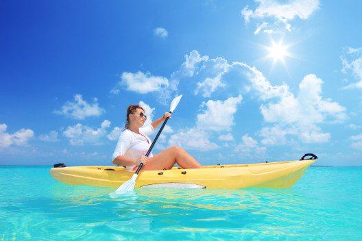 Die Küsten der Inseln können Sie beispielsweise in einem Kajak erkunden. (Bild: © Ljupco Smokovski - shutterstock.com)