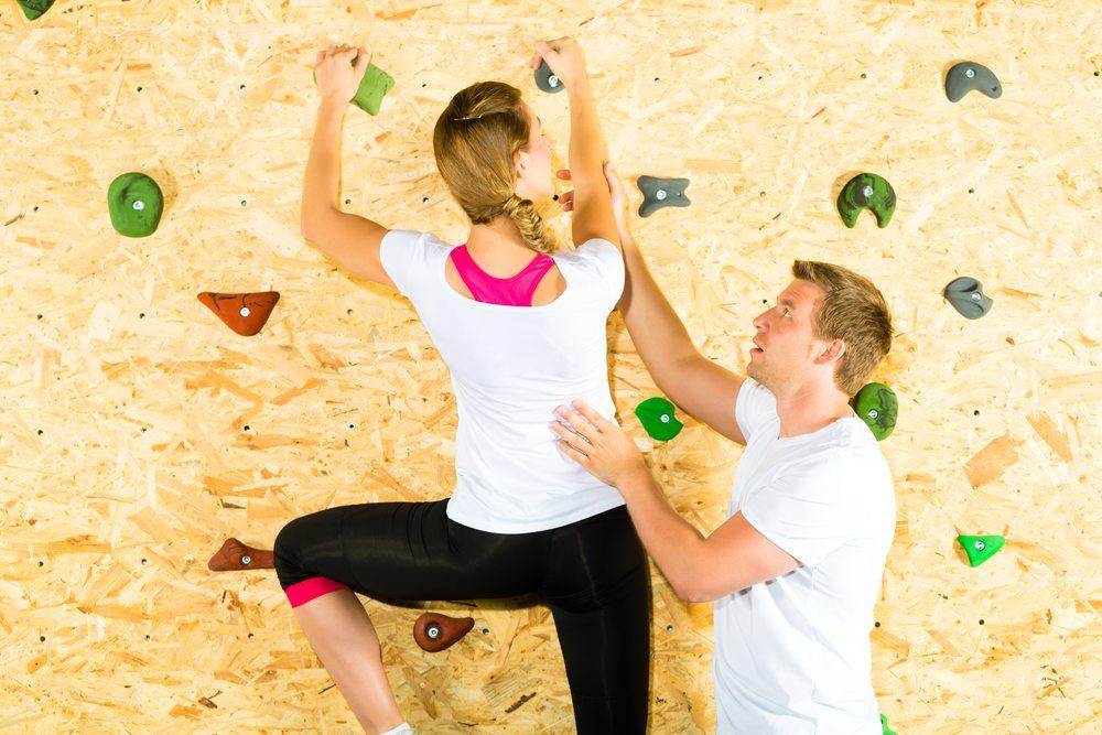 In die über 30 Kletterhallen in der Schweiz kann erlernt werden, wie man sich richtig an der Wand verhält. (Bild: Kzenon / Shutterstock.com)